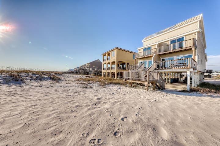 Beachfront getaway w/private beach access and close to shops, dining, and more!