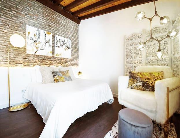 Dormitorio con cama de 150 cm de ancho y colchón viscoelastico de primera calidad / Main bedroom with bed of 150 cm width and first quality viscoelastic mattress