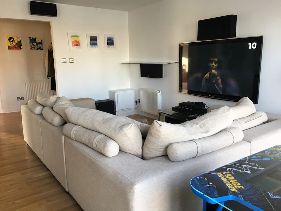Spacious lounge room with Blu-ray / DVD 7.1 surround system