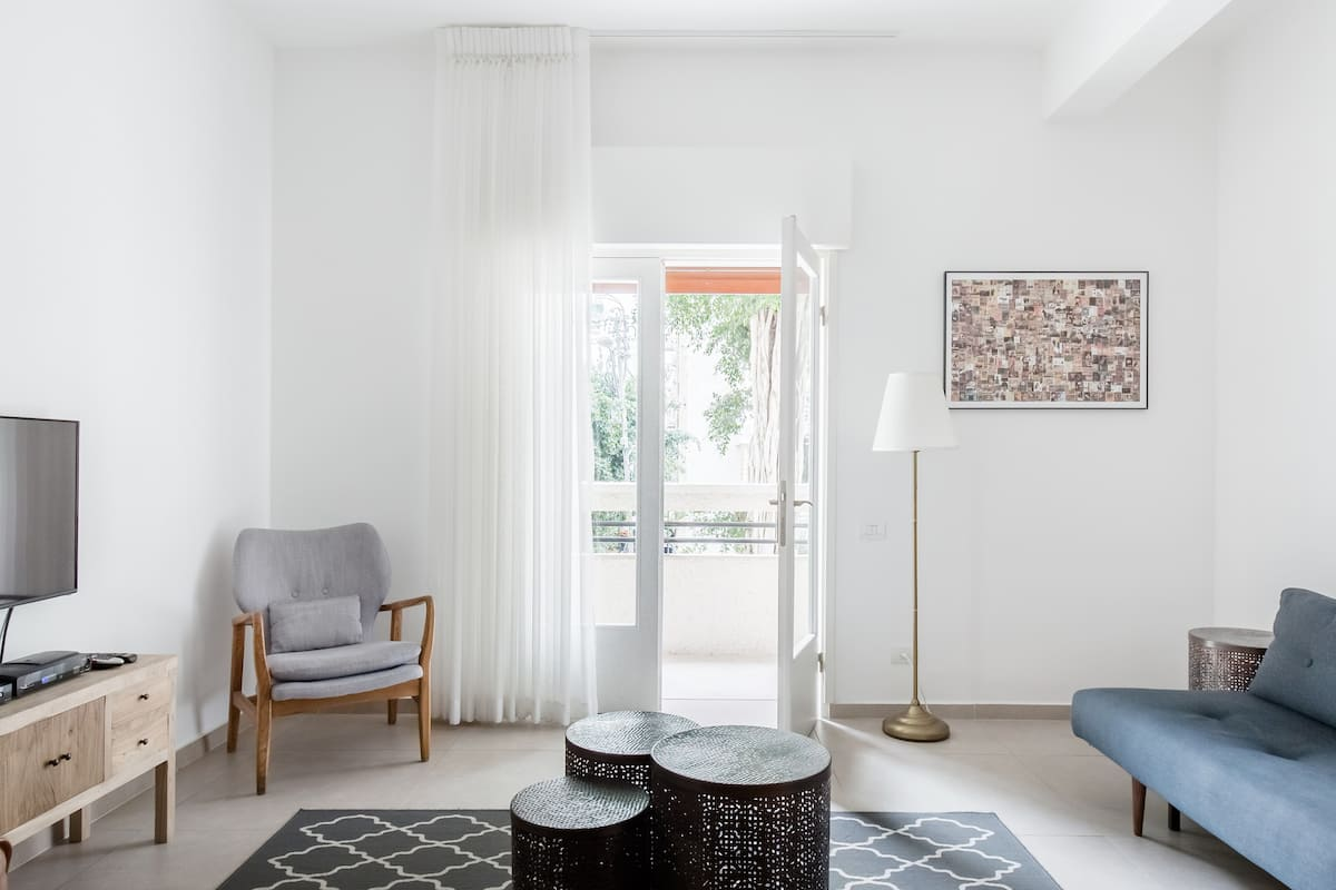 Stroll to Frishman Beach from an Ethereal Boutique Apartment