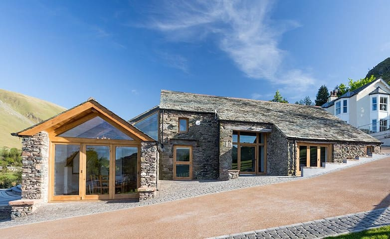 Luxury lakeside barn set in 26 acres with four en suite bedrooms - Ullswater - Casa