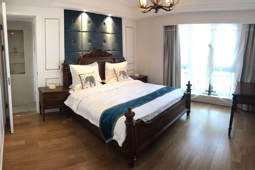 我们的主卧可以看海;欧式风格高配,五星级一样的主卧超大,高档实木床2*2.2米,高配床单床垫,鸭绒被,鸭绒枕