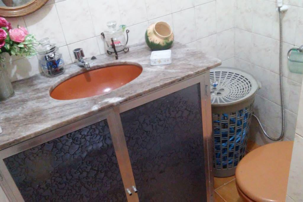 O banheiro e de uso conjunto da casa ,tera um tempo para usar lo . (30min no máximo)