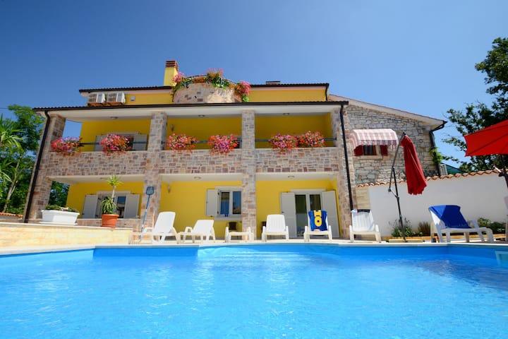 Villa mit Pool, Liegestühle, Sonnenschirme,