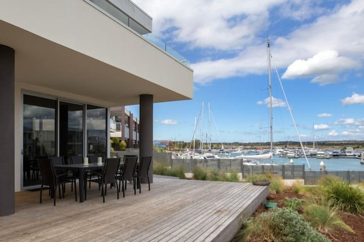 Stylish Waterfront. Near wineries/walk to beach