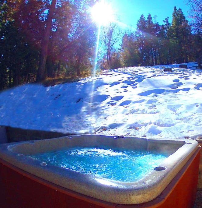 Private large hot tub spa, with spectacular views of the mountain.