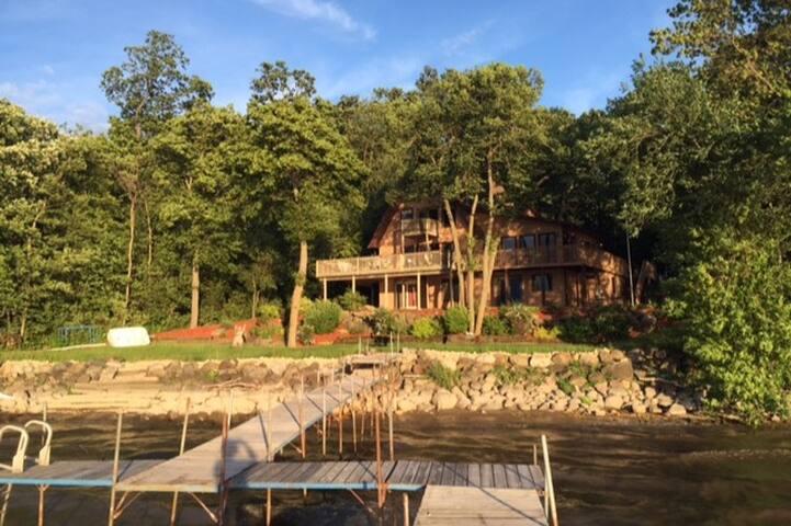 White Pelican Inn Luxurious Lakeside Suite