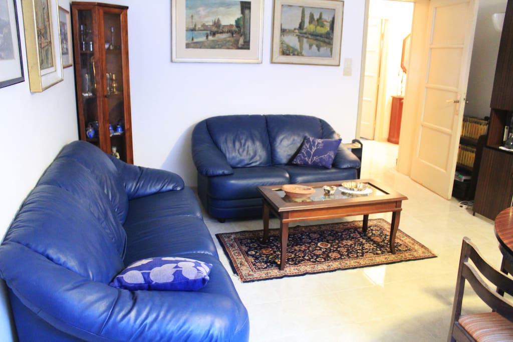 Secondo salotto: Due divani, tavolo, televisione. FOTO TEMPORANEA: una volta arredato per ospitare i clienti, il salotto si presenterà diversamente!