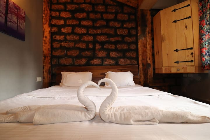 Snug 3 Bedroom Suite with Breakfast