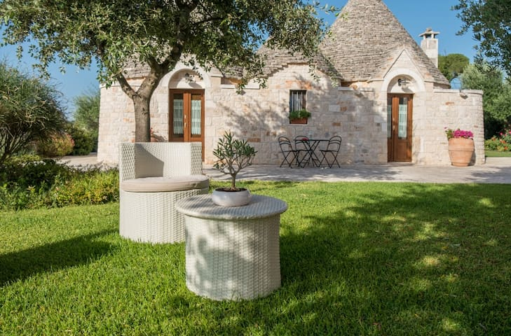 Ampio trullo con piscina in masseria