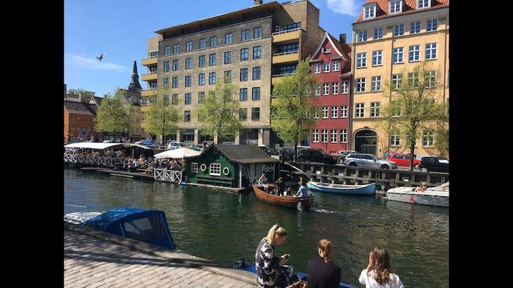 Idylisk Christianshavnerbolig med udsigt til kanal