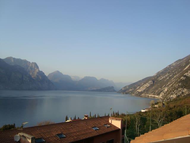 Grande attico con terrazza vista lago! - Navene - Apartment
