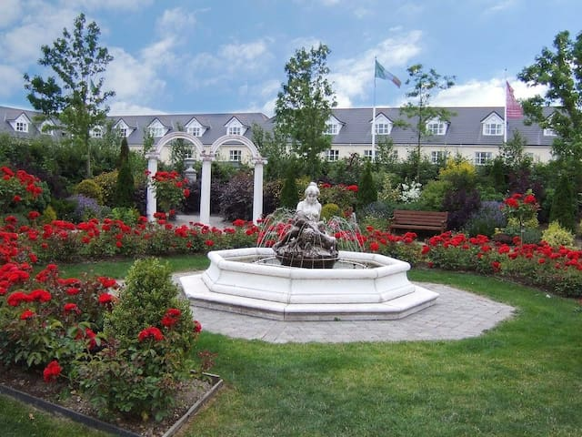 Abbey Court Lodges, Dublin Road, Nenagh, Co.Tipperary - 8 Bed Lodge - Sleeps 16 - Nenagh - Hus