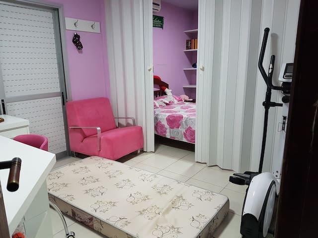 Porta sanfonada de separação da cama para o colchão estra da suíte