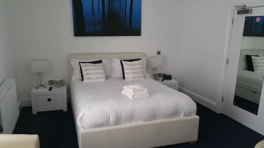 Ensuite Bedroom in Falfield, Close to M4/M5