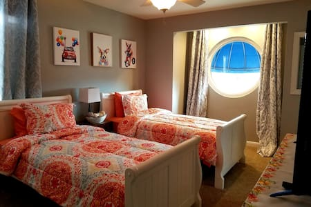 Bright, stylish room w/ twin bed and free wi-fi