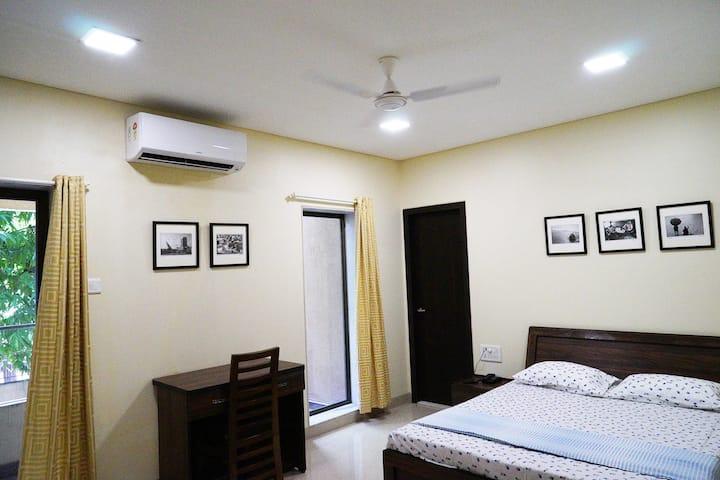 Elegant, Modern Room for 2, Ensuite, in Khar (W)