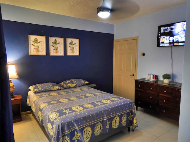 Private, secure & comfortable stay in Kingston JA.