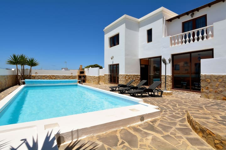 Quiet location, comfortable and detached villa with private pool near Tinajo