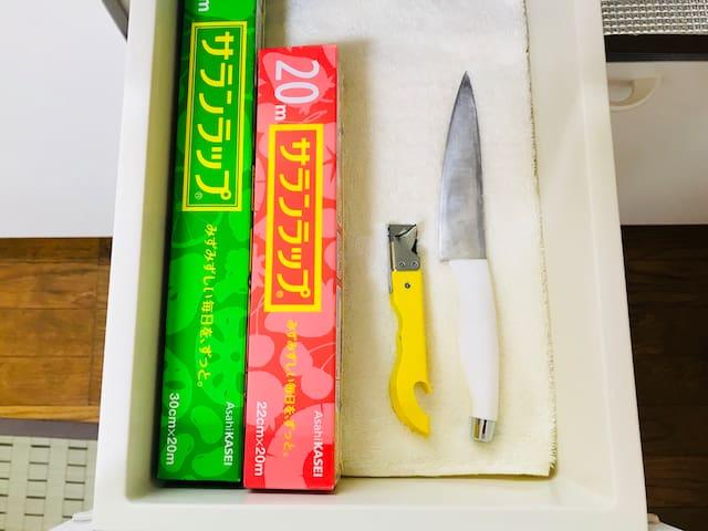 基本的には 調理できる道具は無い お部屋です。缶切り、包丁、まな板、ミルクパン、ラップの準備のみです。