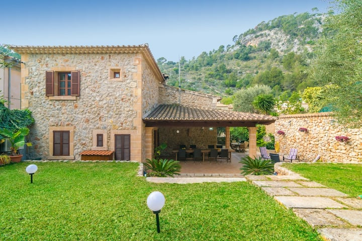 CA NA BORRASA - Beautiful townhouse with private garden at the foot of the Tramuntana mountain range.
