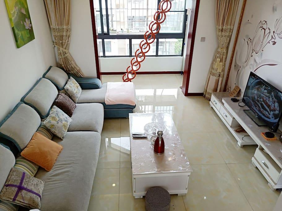 带大阳台的客厅很通风,名牌茶几沙发