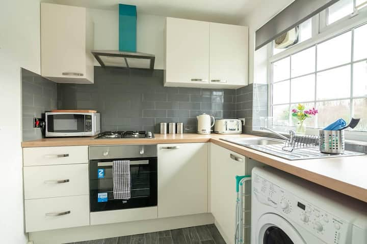 BRIGHT & CLEAN 2 bedroom APT Close to rail links