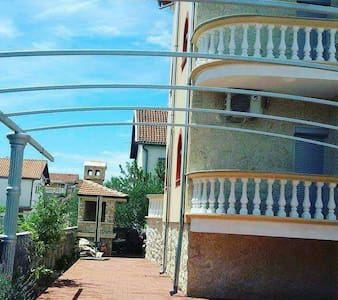 Vila sadrzi 8 apartmana za 4 osobe - Vodice - Villa