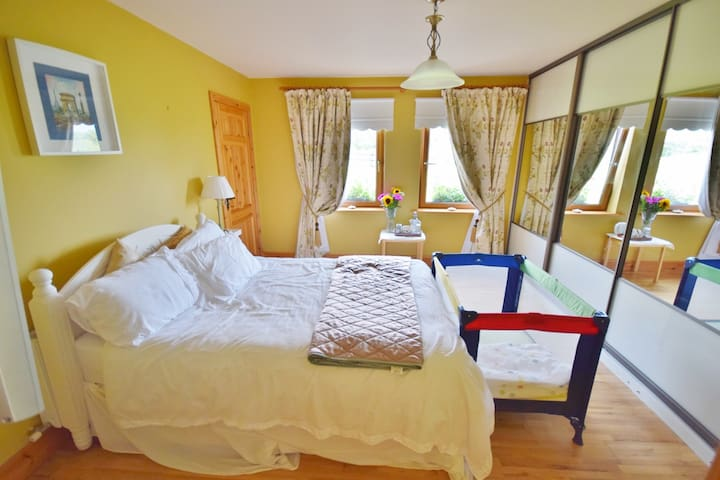 1 double room & en-suite (4 bedrooms onsite)