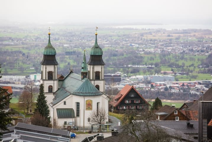 Ebenerdige Ferienwohnung mit Garten und Seeblick - Bildstein - Huoneisto
