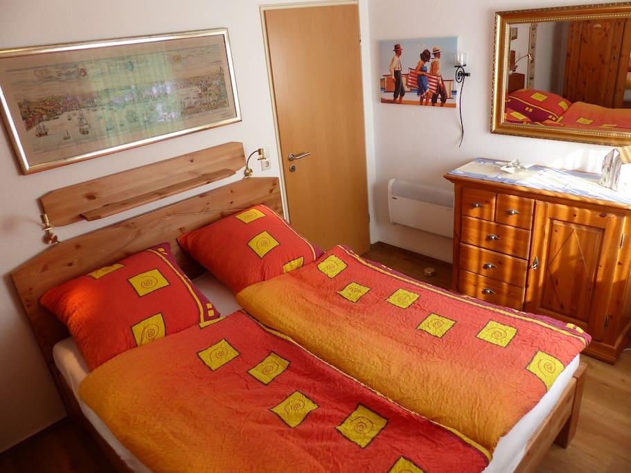 Schlafzimmer mit Kleiderschrank und Kommode