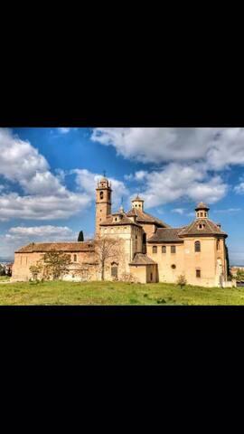 """Habitación en la zona del Monasterio de """"Cartuja""""."""