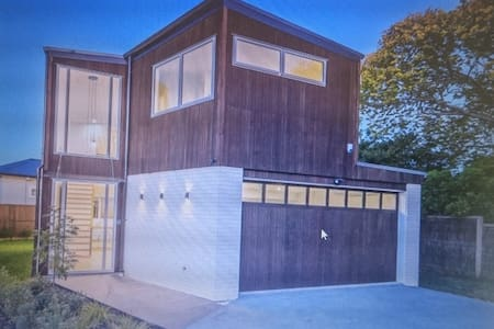 Modern Art Deco home 5 to 8 minutes walk to beach - Auckland