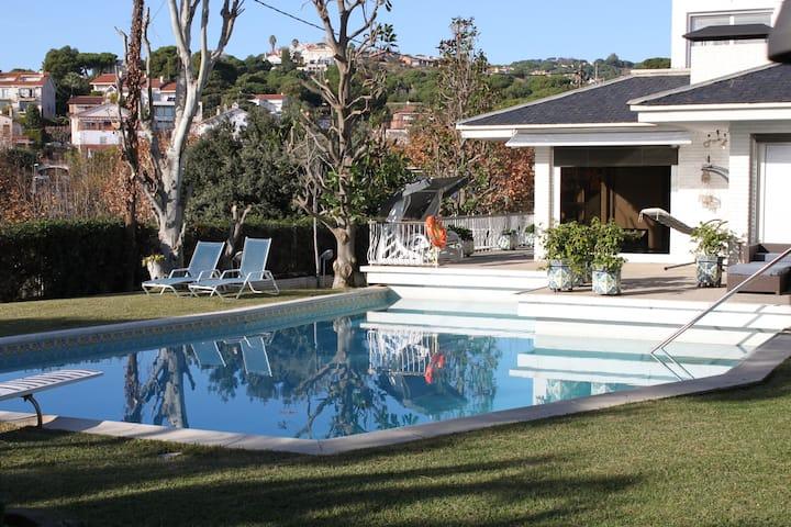 Espacioso Bajo con jardín y piscina.