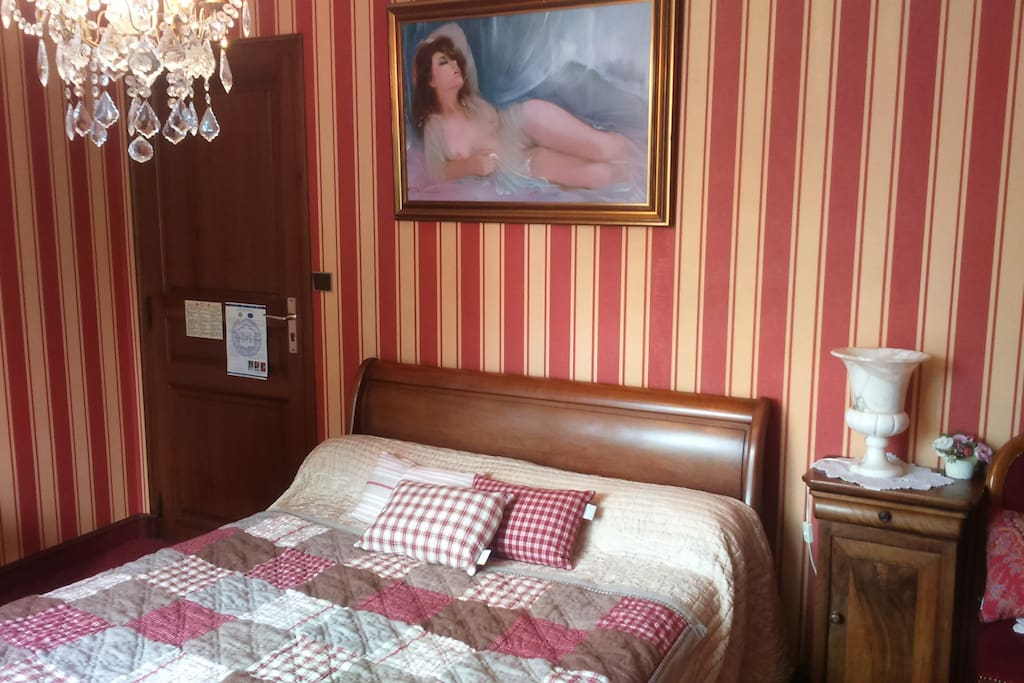 Chambre rouge chambres d 39 h tes louer chiz for Chambre d hote limousin