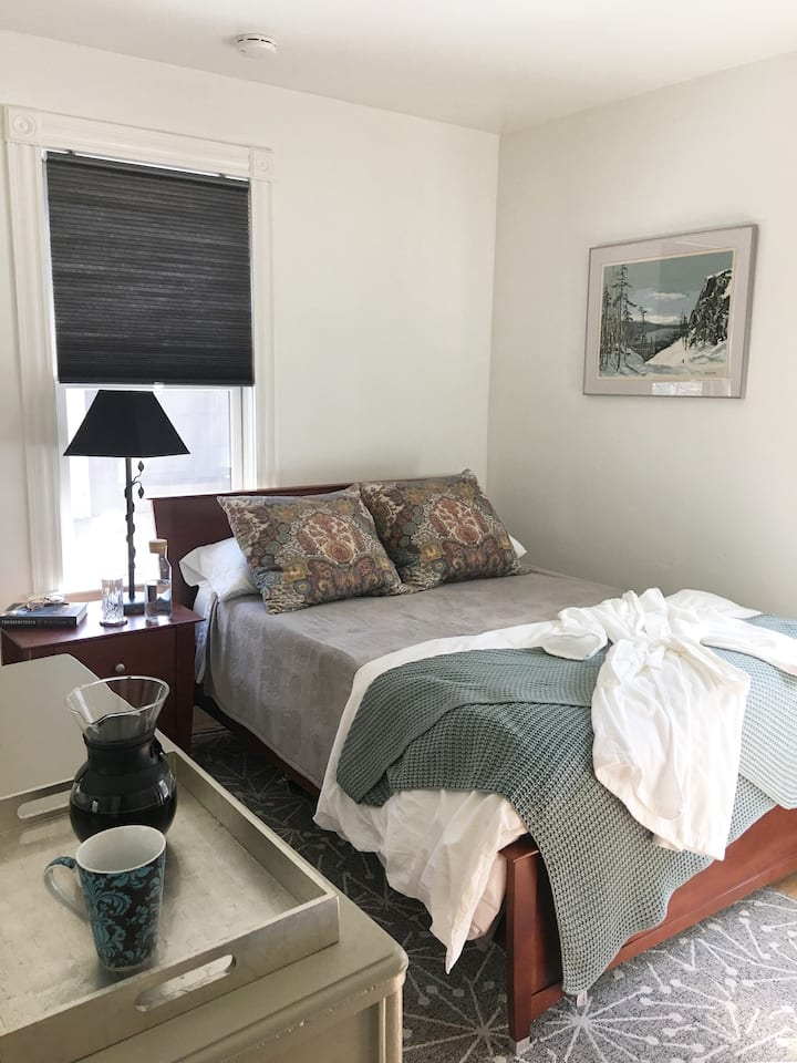 BnB! Sunny private bedroom/bath near Harvard