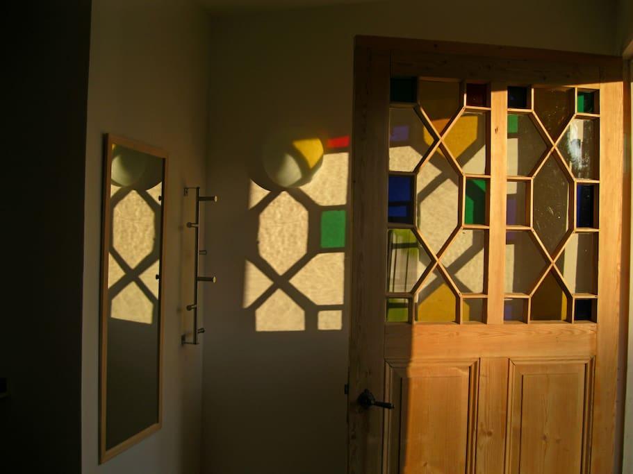 die historische Tür mit bunten Glasscheiben