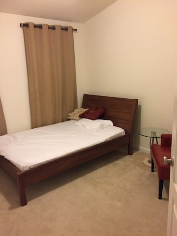 Economical Independent Room for Females Guests - Ashburn - Townhouse