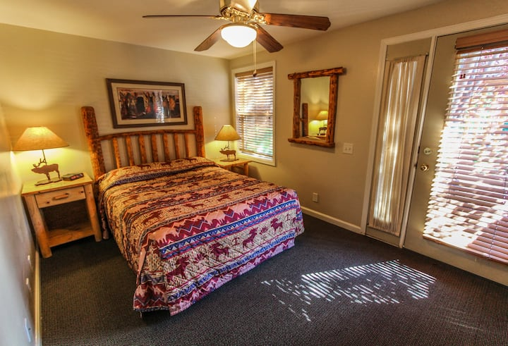 Spacious 2BR, 1 block from downtown Jackson!