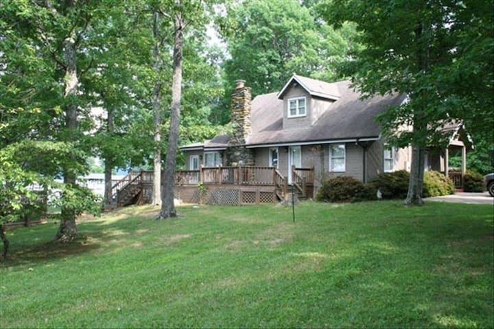Beautiful Lakefront Property with Private Dock! - Huddleston - House