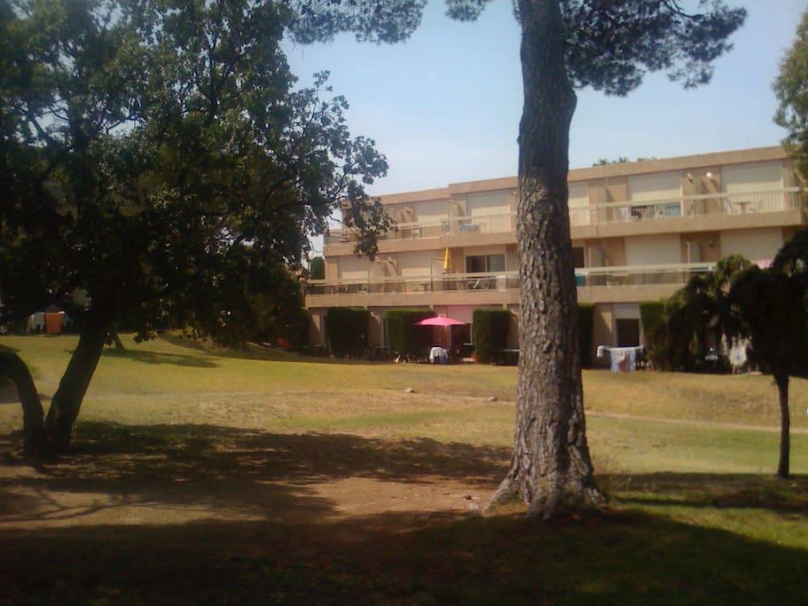 l'appartement est dans un parc paisible