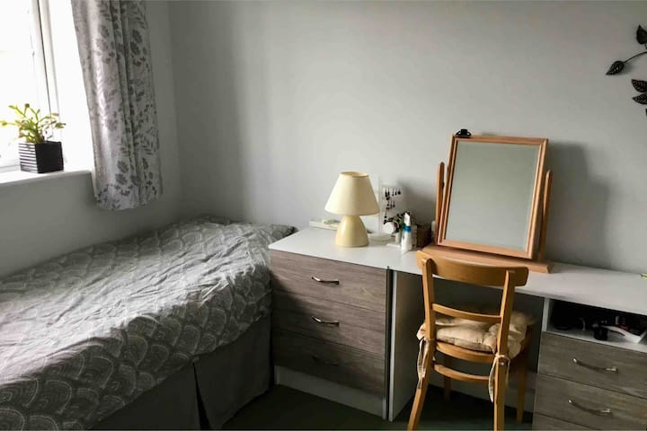 Spacious Light Single Room - Dogs Welcome