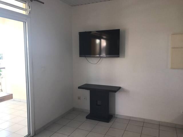 Salon avec télévision et internet en état de marche.