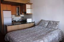 Habitación y cocina con barra
