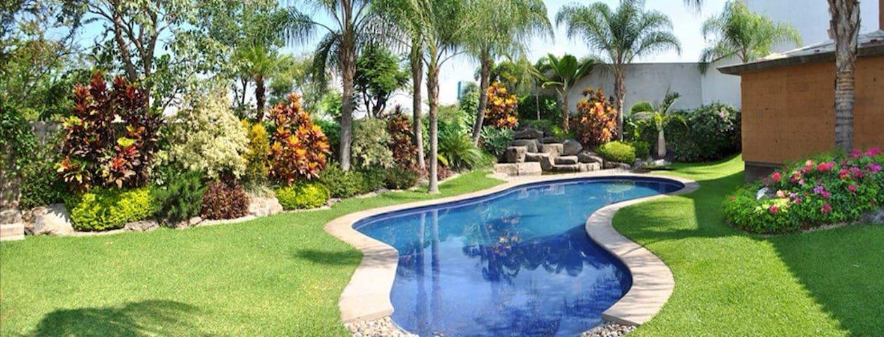 Hermosa casa con áreas verdes, alberca y seguridad - Emiliano Zapata - Hus