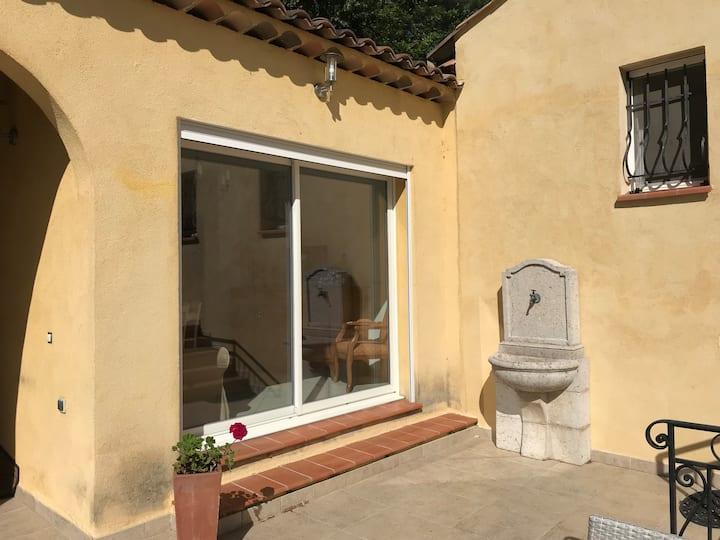 Maisonnette climatisée 40m2 avec terrasse au calme