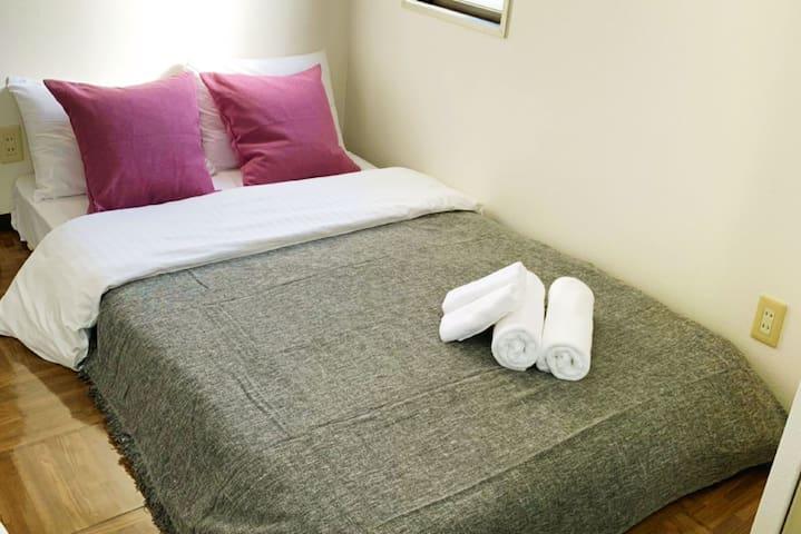 Hiroshima 広島  セミダブルベッドがあるお部屋です