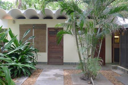 Economy beach house @ Tanto's Far Beach Retreat - Pillaichavady - 独立屋