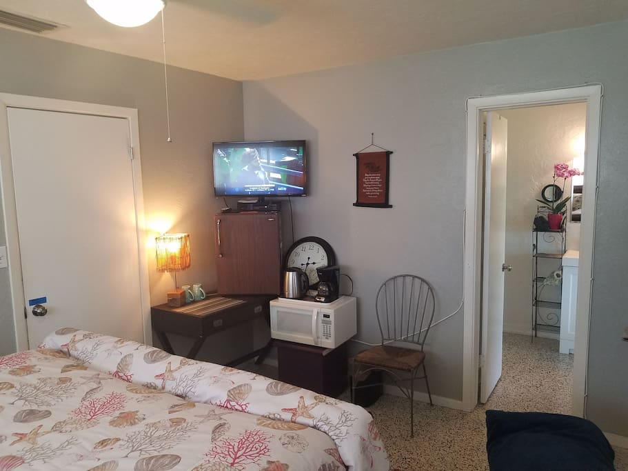 Cable TV, fridge, coffeemaker and tea kettle, microwave and WIFI included.