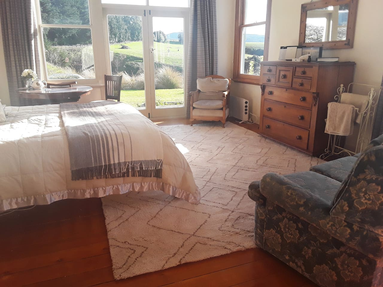 Large private room for a get away for two or the family. Enjoy a lovely woollen rug under your feet whilst relaxing in this sunny room or on the patio enjoying farm vistas.